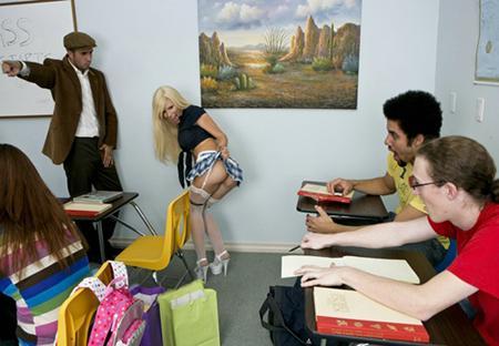 Трахает на столе сексуальную студентку