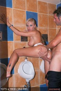 секс в туалете с женщиной-тщ3