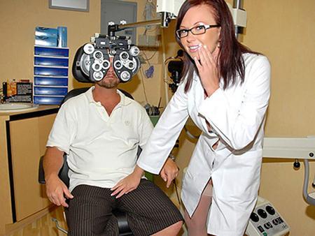 Зрелая медсестричка быстро вылечила больного
