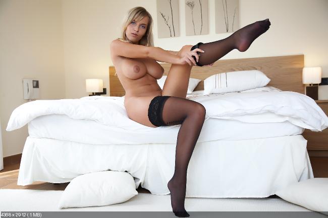 смотреть раздевающихся блондинок на кровати бесплатно фото в черних чулках